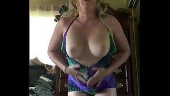 kadın kokusu altyazılı Sıcak Milf Anne Yani Sıcak elbisesinin Kapalı alarak görünüyor