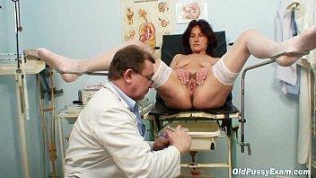 Hairy pussy grandma visits pervy woman doctor Vorschaubild