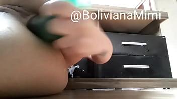 Mimi Boliviana gozando pelo cu com consolo verde