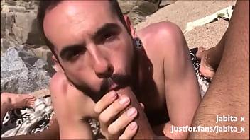 Blowing a big dick dick on the beach / Mamando un pollon en la playa