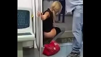 Mulher não aguenta e mija no vagão do trem