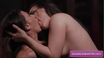 Naughty lesbian babes Ariel X, Sinn Sage scissoring each others pussy for strong orgasms 6分钟