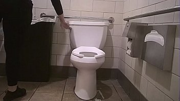 Latina Pawg uses toilet