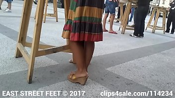 Candid Feet - Hottie in Mules