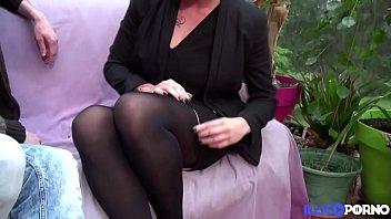 Carole sexy milf enculée en plan à trois thumbnail