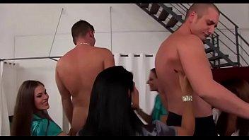 Стриптиз с голым сексуальным парнем порно