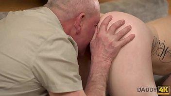 DADDY4K. Un vieil homme chanceux reçoit une fellation et baise sa chatte rasée bien serree