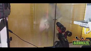 Os maiores peitos do Brasil nos vidros ofuscados do banho - Rafaella Denardin - Ed Junior thumbnail