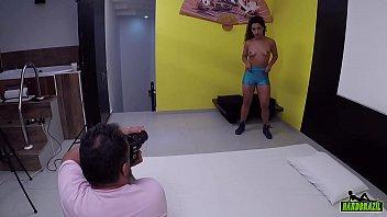Alessandra Carvalho apronta durante o ensaio fotografico Vorschaubild