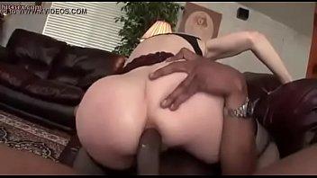 Chica rubia es follada por un negro (parte 1)