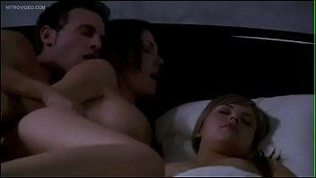 Marido come gostosa ao lado da esposa dormindo