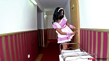 Blowjob on arrival at hotel Hotel guest chelsey lanette maid kira queen share butlers big veiny cock