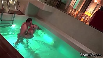 Teeny wird im oeffentlichn Schwimmbad von Fremden gefickt Vorschaubild