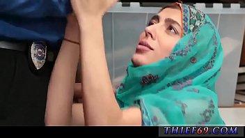 Grande ragazza minuta ragazza araba che indossa l'hijab molestata per aver rubato