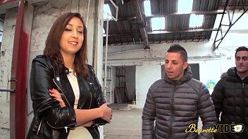 Fantastique video de porno arabe et asiatique Sonia jeune beurette défoncée par trois gros chibres