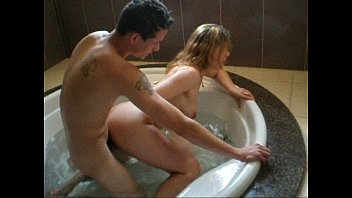 Loira dando pra outro na banheira