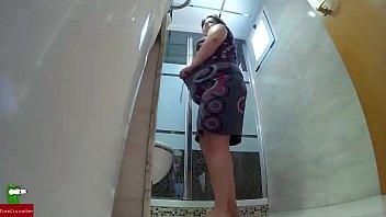 Haciendo guarradas en el wc despues de la ducha GUI011