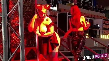 Chica gorda del publico en escenario le ponen cera