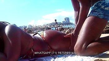 Realizador Baiano passando bronzeador e enfiando dedo na bucetinha da negra rabuda, na praia em Salvador Bahia. Exibicionismo amador negro