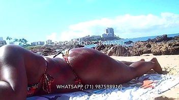 Telegram @Realizador Baiano passando bronzeador e enfiando dedo na bucetinha da negra rabuda, na praia em Salvador Bahia. Exibicionismo amador negro