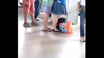 Gordinha safadinha bate uma pra namorado na fila do ônibus pornhub video