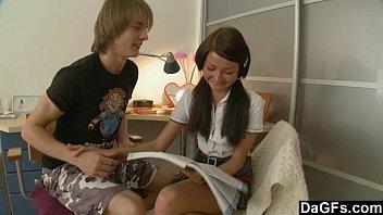 小学生みたいな女の子が野外で男に頭を掴まれて生フェラに夢中のロリ系動画