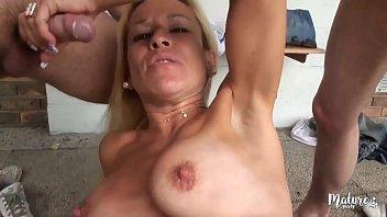 Véronique, belle blonde mature, baise trois jeunes hommes