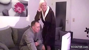 Schwester erwischt Stief-Bruder beim wixxen und hilf mit Fick