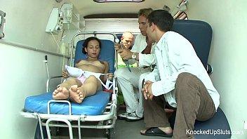 O pizda gravida se fute in ambulanta cu doi asistenti medicali