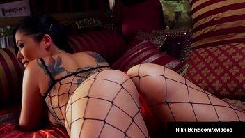 Busty Brunette Nikki Benz StrapOn Fucks Asian London Keyes! Vorschaubild