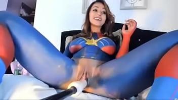 Capitã Marvel com pau de b.