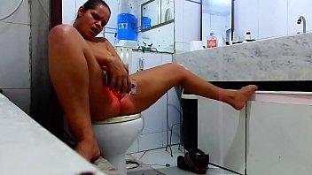 O corno vendo netflix e a esposa no banheiro com o outro !!!