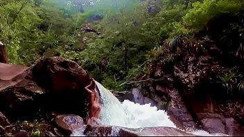 Lilyan se desnuda al borde de una cascada