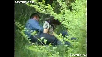 【カップル】白昼の森の中で隠し撮りされてると知らずに青姦しちゃう素人カップル!