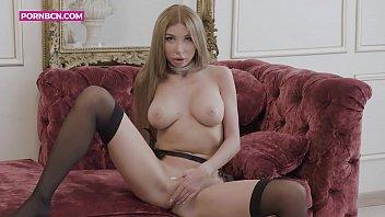 Lingerie modeling glamor Just girls 4k una modelo rusa rica y rubia que se masturba en su lujosa sala de estar mientras la graban, se pone cachonda sabiendo que la están mirando. marilyn crystal belleza y glamour en una mujer cachonda