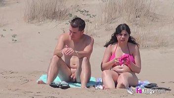Подглядывание за возбужденными парами на нудистском пляже