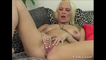 Yanks milf tabitha toys her quim