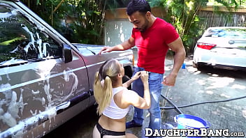 Teen bimbo thanks the car washer by servicing his dick