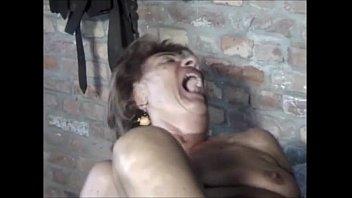 Alte Oma schreit laut beim Ficken und Fisten 480p
