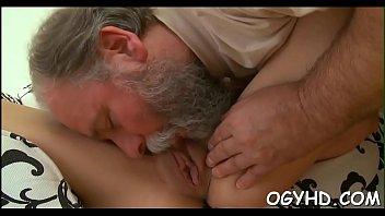 Old man seduces a young hottie Vorschaubild