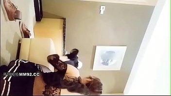 剧情演绎气质离异富姐入住酒店借口开关坏了色诱电工小哥穿着性感黑丝啪啪