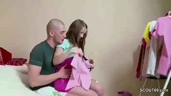 Bruder Nutzt die Chance und fickt die Kleine Stief-Schwester