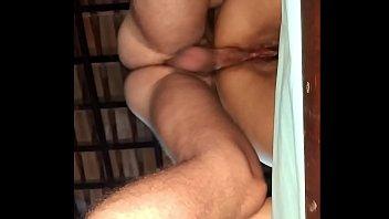 fêmea dando o cu com um plug no cu do macho amador caseiro massageador de prostata