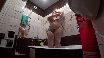 Behind the scenes, a hidden camera is spying on a fat porn model with a big ass in the bathroom. Vorschaubild