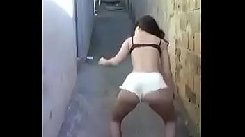 Novinha dançando de calcinha.. a putinha do bairro