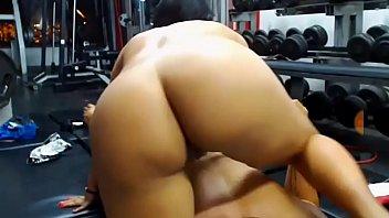 pareja follando en el gimnasio