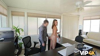 VIP4K. El agente está listo para darle crédito al bebé después de tener sexo con él thumbnail