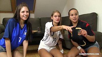 Glückspilz fickt seine 3 WM-jubelnden Teenie-Nachbarn