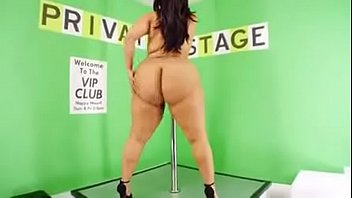 Big Butt girl dancing in the pole