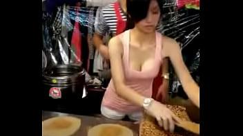 Taiwanese milf sell pancake - taiwancamgirls.com